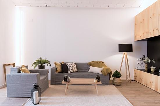 A Home BCN con sofá y sillon de cartón Cubiqz con funda de tela Grace